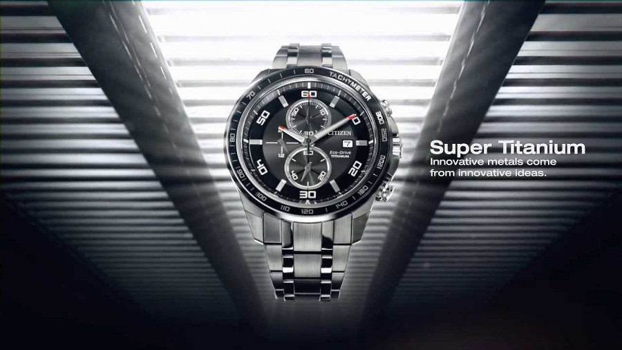 Zegarek z Super Titanium na ciemnym tle
