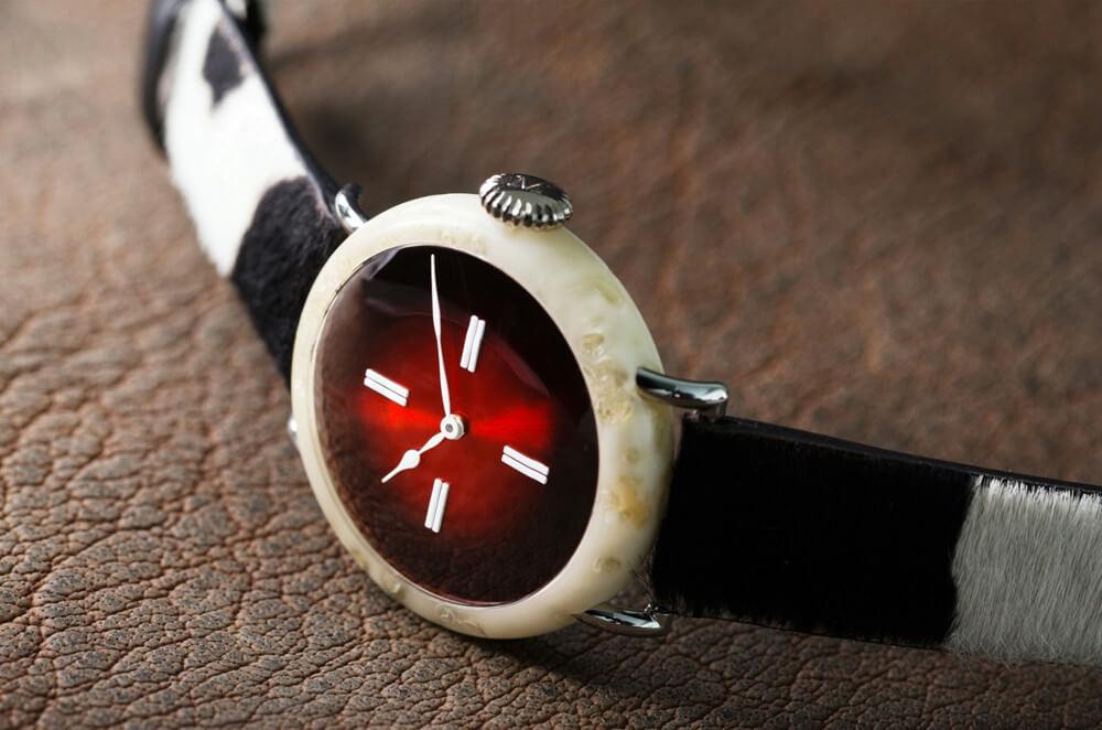 Zegarek Swiss leżący
