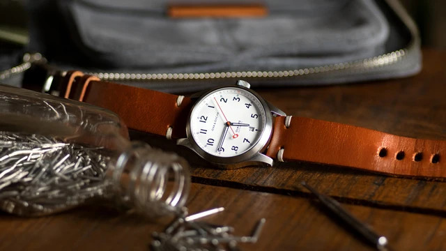 Zegarek leży na biurku