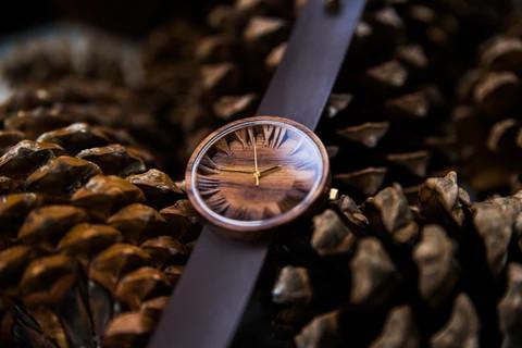 Zegarek na ciemnym tle